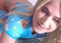 Boneca ninfetinha transexual de olhos azuis com o vibrador no cuzinho